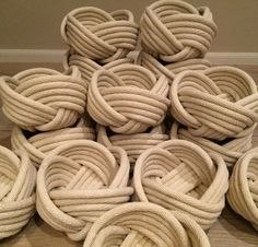 Nautical knot bowls made from 100 cotton rope. Nautical knot bowls made from 100 cotton rope. Nautical Rugs, Nautical Knots, Diy Crafts Videos, Diy Crafts To Sell, Cuadros Diy, Macrame Chairs, Deco Marine, Rope Rug, Basket Crafts