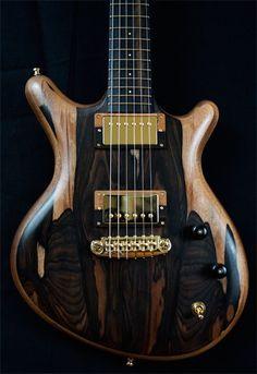 Une création inspiré relic par le luthier Alexander James. Retrouvez des cours de guitare d'un nouveau genre sur MyMusicTeacher.fr