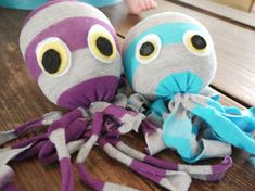 Pin for Later: 250 Easy, Fun Ways to Get Crafty With Your Kids! Socktopus Turn those socks into some supercute sea creatures, courtesy of Hatched. Sock Crafts, Sewing Crafts, Sewing Projects, Craft Projects, Crafts For Kids, Arts And Crafts, Octopus Crafts, Sock Toys, Operation Christmas Child