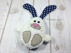 """Kuscheltier """"Osterhase im Ei"""" annähen - Fabric Crafts for Kids and Beginners Diy Projects For Kids, Diy Sewing Projects, Diy For Kids, Easter Fabric, Diy Ostern, Sewing Toys, Animal Pillows, My Face Book, Diy Pillows"""
