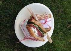 Sandwich au rôti de bœuf, pousses d'épinards et feta sur Miche Poilâne