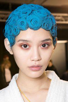 Este peinado es transgresor, lo usarían sin teñido? De #Givenchy #pfw