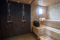 Yhtenäinen lasiseinä saunan ja pesuhuoneen välillä tekee niistä samaa tilaa, luo valoa ja avartaa. Saunan seinien ei aina tarvitse olla paneloituja.
