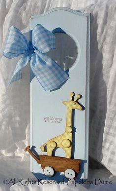 idea for a door hanger Más Wooden Coat Hangers, Baby Door Hangers, Doorknob Hangers, Baby Shower Cards, Baby Cards, Baby Shower Gifts, Baby Gifts, Giraffe Art, Diy Papier