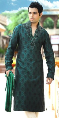 Stylish Pakistani Mehndi Grooms- Looking for latest style Groom Dresses? How should men dress up for Mehndi? Outfit Trends brings you some great ideas and trends for mehndi dresses this season. Mehndi Dress For Mens, Mehndi Outfit, Mens Shalwar Kameez, Mens Kurta Designs, Blouse Designs, Men Dress Up, Mens Sherwani, Indian Wedding Wear, Outfit Trends