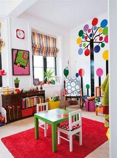 idées et astuces pour une chambre d'inspiration Montessori, pour créer un espace de jeu agréable pour les enfants et les aider à devenir autonomes. Lit au sol, espaces de jeux, miroir aà hauteur d'enafnts, bibliothèque pour enfants, porte manteau à hauteur des petits ....
