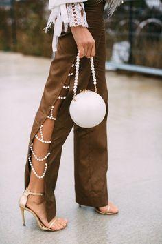 """Un año más la temática de """"mundo marino"""" sigue muy actual, incluyendo entre sus detalles favoritos piezas nacaradas. En joyas y bisutería todo cuenta: pendientes, anillos, pulseras y collares. Pero también como detalle decorativo en las prendas de vestir y accesorios. Muy de moda estarán combinaciones de perlas blancas y oro amarillo o bisutería en tonos dorados 2020 Fashion Trends, Fashion Week, Fashion 2020, Daily Fashion, Spring Fashion, High Fashion, Paris Fashion, Fashion Fashion, Fashion Poses"""