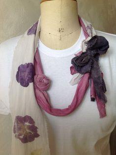 Collier boho/romantique/violet/fushia/écru/fleurs et feuilles naturelles imprimées. de la boutique LNVE sur Etsy