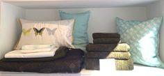 Coussins déco et parure #YvesDelorme ; coussin uni en lin #Zoeppritz ; Plaid, couvre-lit et set éponges verts #Frette .  À retrouver en boutique à #BoutiqueIntimite #BeaulieuSurMer #FrenchRiviera #DuvetCover #Sheets #Home #BedSet #BathSet
