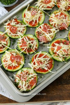 pizzas bites Zucchini pizza bites are the perfect low carb snack or appetizer that everyone l. Zucchini pizza bites are the perfect low carb snack or appetizer that everyone loves! Zucchini Pizza Recipes, Zucchini Pizza Bites, Low Carb Appetizers, Yummy Appetizers, Appetizer Recipes, Low Carb Recipes, Cooking Recipes, Healthy Recipes, Vegetarian Recipes