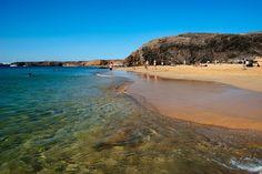 Rocas negras, arena dorada y agua cristalina - Papagayo, Lanzarote