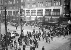 Detroit: 1932 Last minute shoppers three days before Christmas.  www.downwithdetroit.com