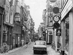 Je bent Utrechter: Lijnmarkt, toen er nog verkeer in mocht! Nu gelukkig voetgangersgebied...