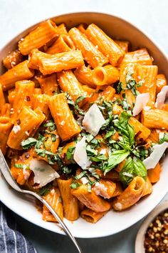 With just five ingredients, dinner doesn't get easier or more delicious than this creamy roasted red pepper rigatoni pasta. If you've got ten minutes and can open a jar, you can make this tonight. Pasta Recipes, New Recipes, Vegetarian Recipes, Cooking Recipes, Healthy Recipes, Recipes With Rigatoni Pasta, Cooking Tips, Beginner Cooking, Kitchen