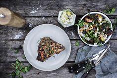 Kalvekoteletter og kartofler på grillen – så er aftensmaden reddet! Om sommeren smager alt ganske enkelt bedre, når det er grillet, ikke sandt?
