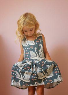 festliche kindermode kleid mit schwänen