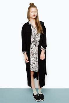 Long, clean, collarless with a belted waist. This lighweight blazer is a perfect example of minimalistic elegance. colour: black magic In a size small the chest width is 115 cm and the length is 113,5 cm. The model is 175 cm and is wearing a size small.