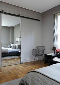 Grijze slaapkamer met schuifdeur | Interieur inrichting