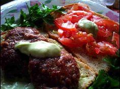 Receita de Hambúrguer Caseiro - hambúrgueres. Em uma frigideira quente, coloque o óleo de canola. Frite os hambúrgueres por 5 minutos de cada lado. Sirva sobre...