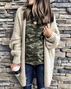 The Everyday Style: Cute Casual Winter Fashion Outfits Camo Shirt Outfit, Winter Cardigan Outfit, Longline Cardigan, Boyfriend Cardigan Outfit, Cream Cardigan Outfit, Cute Cardigan Outfits, Chunky Sweater Outfit, How To Wear Cardigan, Casual Clothes
