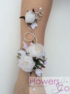 Prachtige Polscorsage €45,- gemaakt op een sierlijke op maat gemaakt buigzame armband/ @WomenWantsNL Prom Corsage And Boutonniere, Broach Bouquet, Boutonnieres, Wrist Corsage Wedding, Prom Flowers, Bridal Flowers, Bracelet Corsage, Flower Corsage, Bride Bouquets