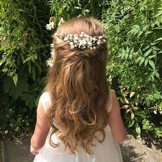 Half-Up Hochsteckfrisur Blumenmädchen Frisur Hair Style Girl flower girl hair styles for wedding Wedding Hairstyles For Girls, Flower Girl Hairstyles, Bride Hairstyles, Cute Hairstyles, Indian Hairstyles, Hairstyles Videos, School Hairstyles, Hairstyle Short, Layered Hairstyles