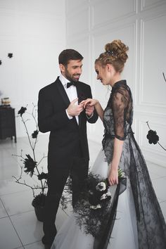 wedding dress black Black and white wedding dress for A Magic Black Wedding Inspiration Shoot Classy Halloween Wedding, Halloween Wedding Dresses, Halloween Weddings, Chic Halloween, Black White Wedding Dress, White Wedding Gowns, White Dress, Gothic Wedding, Dream Wedding
