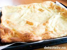 """""""Vulkanpannekake"""", også kalt """"Fjellpannekake"""", er en artig pannekakevariant som stekes i stor langpanne. Mange egg i oppskriften gjør at pannekaken blåser seg opp under stekingen - derav altså navnet. """"Vulkanpannekake"""" smaker kjempegodt nystekt med rørt syltetøy! Se også oppskrift på """"Pannekake i langpanne"""". Waffles, Pancakes, Mashed Potatoes, Pie, Ethnic Recipes, Desserts, Food, Cold, Torte"""