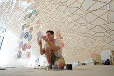 Jacob Hashimoto, está participando da Bienal  de Veneza em 2013  Actual - Arte, cultura, moda e criação: Artes visuais - Jacob Hashimoto