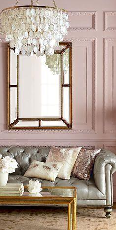 Vanitoso e glamour, il rosa si abbina perfettamente a toni lucidi del grigio ghiaccio e dell'argento.