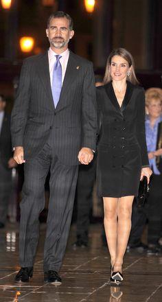 para el concierto de la noche cambió por completo de look, luciendo un espectacular vestido esmoquin, casi minifaldero, en seda negra de Var...