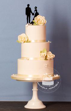 #basichochzeitstorten #classic #creme #zuckerrosen #topper #brautpaar #paar #weissehochzeit #whitewedding  #hochzeit #hochzeitsbudget #hochzeitsideen #wedding #weddingtime #weddingdreams #törtlifee #suhr Cupcakes, Creme, Desserts, Food, Single Flowers, Real Flowers, White Weddings, Newlyweds, Tailgate Desserts