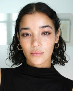 Image may contain: one or more people and closeup Curly Hair Tips, Wavy Hair, New Hair, Curly Hair Styles, Natural Hair Styles, Hair Inspo, Hair Inspiration, Short Curly Haircuts, Natural Eyebrows