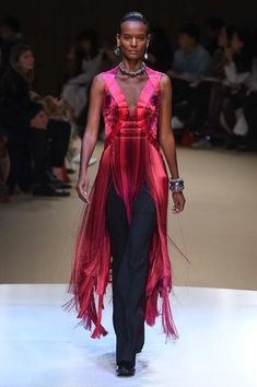 Alexander McQueen Fall 2018 Ready-to-Wear Fashion Show Collection