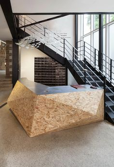 Cheap OSB panels (about 6 EUR / m²) as a design element (alternative to Europlatten) for the central counter or bar? Industrial Office Design, Industrial Bedroom, Industrial House, Office Interior Design, Office Interiors, Industrial Style, Industrial Bookshelf, Industrial Closet, Industrial Restaurant