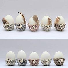Mini košíčky na vajíčka sú háčkované zo 100%-nej bavlny v rôznych prírodných odtieňoch, prizdobené veselými drevenými kúskami s jarným motívom (vtáčik, zajačik, ovečka, slniečko, kvietok).
