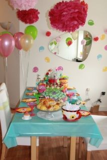Alice in wonderland/ tea party birthday theme: mad hatter tea party table decoration - Linda Kaye's Partymakers
