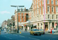 Photos of Earl's Court and Kensington in the Summer of 1976 - Flashbak Vintage London, Old London, West London, Old Pictures, Old Photos, Vintage Photos, Kensington London, Beautiful London, Old Street
