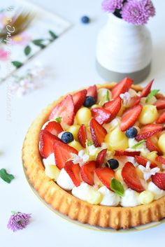 Tarte renversée aux fraises, crème citron-basilic #tarte #ramadan #dessert #dessertrecipes #desserttable #easyrecipe #recipe #recipeoftheday #strawberry #lemon Cake & Co, French Food, Fruit Salad, Tea Time, Cheesecake, Food And Drink, Sweets, Cooking, Desserts