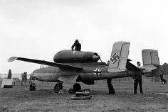 """Aircraft - 1945, Grande Bretagne, Londres, Hyde Park, Le Heinkel He-162 """"Volksjaeger"""", propulsé par un moteur turbo-jet monté au-dessus du fuselage"""