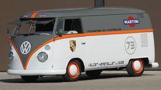 Esta Volkswagen Kombi 1973 customizada tem letras embaralhadas na lateral. Pode não fazer sentido para você, mas na Bélgica todos vão ler o nome da ...