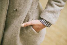 LOOK 9 -  detail - calça midi - camisa com detalhe no ombro em algodão - casaco em lã