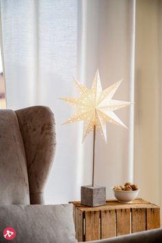 Les fêtes de Noël approchent à grands pas et il vous tient à cœur d'apporter un peu de magie à vos espaces ? Dans ce cas la pièce maîtresse de votre décoration sera sûrement l'étoile lumineuse, un grand classique qui ravira les petits comme les grands.