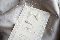 Einfache und gleichzeitig elegante Hochzeitskarten mit Satin-Schleife. 😊 An der Einladungskarte ist eine Klarsichtfolie, auf der ist ein Ornament mit Thermografie gedrückt. Wie immer, die Farbe der Schleife oder Schrift können wir an die genaue Hochzeitsdekoration anpassen.😊  #Hochzeitskarten #Hochzeitseinladungen #Hochzeit