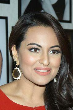Sonakshi Sinha Bollywood Actress Hot Photos, Bollywood Fashion, Bollywood Saree, Pink Saree Blouse, Sonakshi Sinha, Shilpa Shetty, Madhuri Dixit, Indian Face, Curvy Petite Fashion