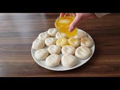Oklava kullanmadan incecik açılan hamuru ile yapılan, beceriksiz hanım böreğinin ayrıntılı yapılışını sizlerle paylaşıyoruz. Yapılışı biraz farklı kolay tarif. Hazırlanan hamurlar sıvı yağ ve tereyağının eritilmesi ile hazırlanan yağın içinde bekletiliyor. İsterseniz sade yapın isterseniz videodaki gibi peynirli. Turkish Delight, Turkish Recipes, Fajitas, Food And Drink, Make It Yourself, Cooking, Breakfast, Youtube Youtube, Pastries Recipes