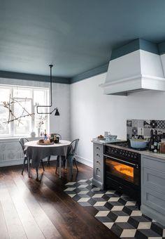 Køkken med blåt loft