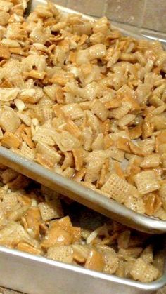 Christmas Crack Recipe ~ It's so good and sure does live up to its name cuz this stuff is addicting!--- substitute golden Graham's for honeynut chex (snacks recipes chex mix) Köstliche Desserts, Delicious Desserts, Yummy Food, Appetizer Recipes, Snack Recipes, Cooking Recipes, Appetizers, Candy Recipes, Chex Mix Recipes