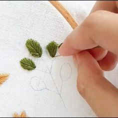 Bead Embroidery Tutorial, Hand Embroidery Patterns Flowers, Basic Embroidery Stitches, Hand Embroidery Videos, Embroidery Flowers Pattern, Creative Embroidery, Embroidery Hoop Art, Hand Embroidery Designs, French Knots