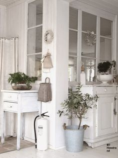 I love these interior windows in scandinavian houses- reno ideas Cocinas Kitchen, Deco Addict, Interior Windows, Interior Decorating, Interior Design, White Rooms, Scandinavian Home, White Houses, White Decor